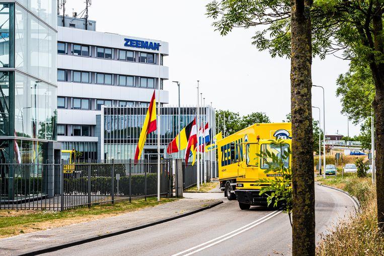 Vlaggen halfstok bij het hoofdkantoor van Zeeman wegens het overlijden van oprichter Jan Zeeman. Beeld Merel Klijzing