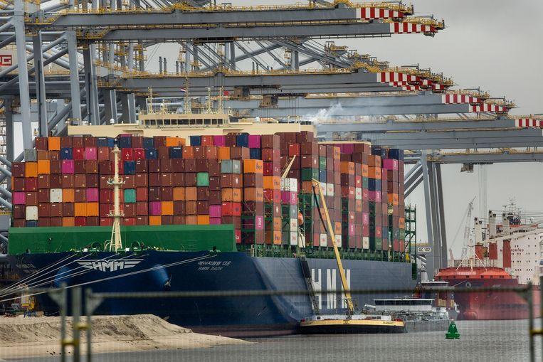 De Rotterdamse haven. Het verschepen van een container uit Azië is flink duurder geworden. Beeld Arie Kievit