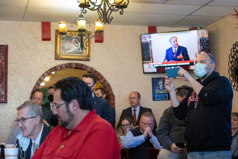 Dit volgepakt restaurant in het Texaanse Lubbock volgt de toespraak van de Republikeinse gouverneur Greg Abbott, waar hij het einde van de mondmaskerplicht aankondigt. Beeld AP