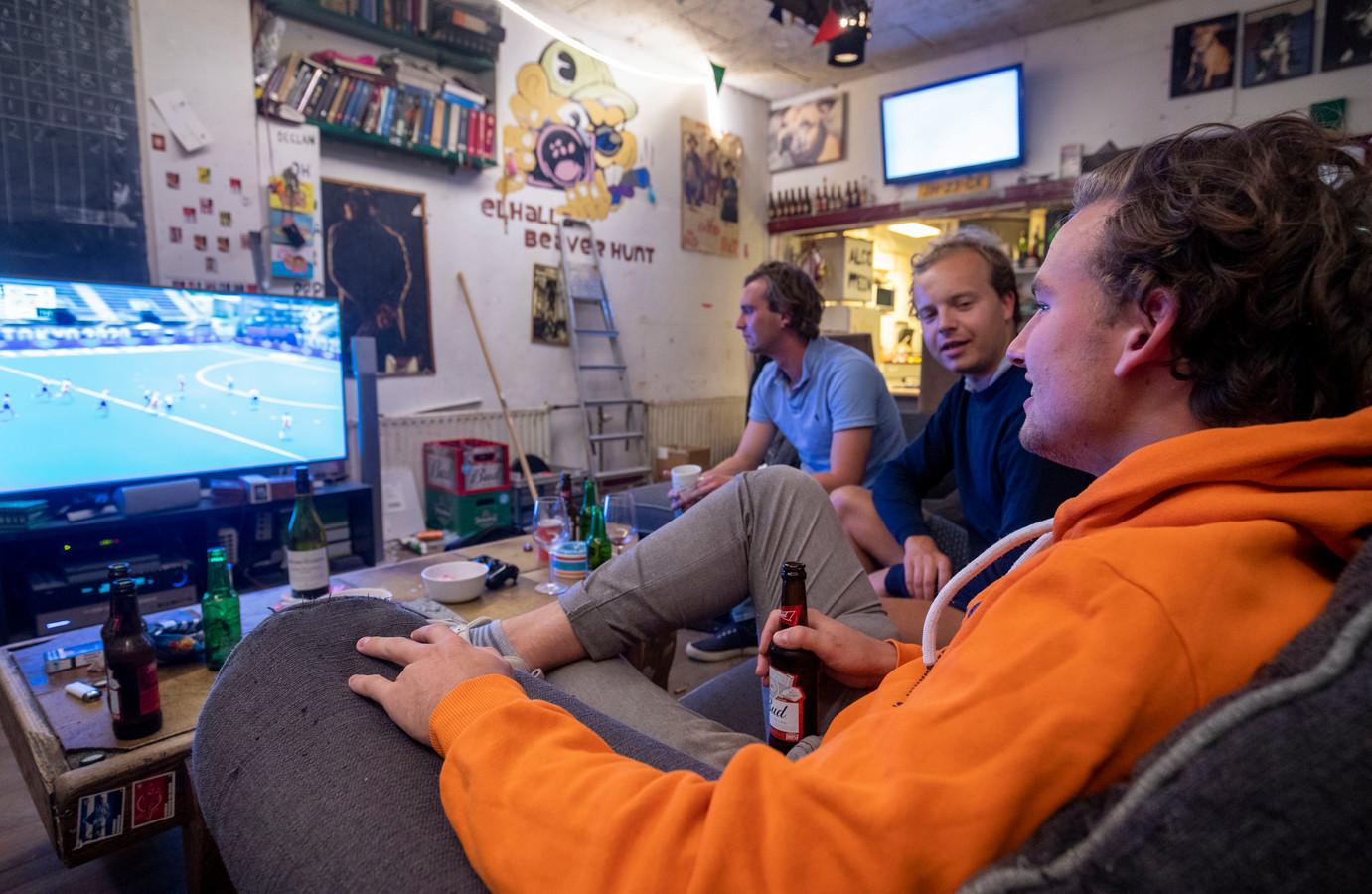 Maarten Matla (in oranje sweater) voor de buis in zijn studentenhuis Elhalla. Rechts van hem vrienden Jan Hein Bouwman (rechts), Sjoerd Hermsen (links)