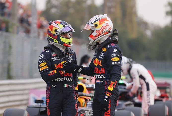 Max Verstappen (r) en Sergio Pérez evalueren de kwalificatie.