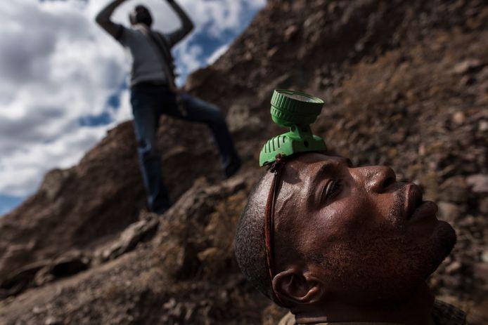 Een arbeider maakt zich klaar om de mijn in te gaan in Kawama, Congo.