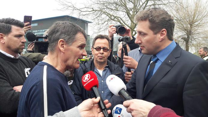 Bas Metsenmaeker heeft  voor het provinciehuis van Flevoland in Lelystad een kort gesprek met gedeputeerde Harold Hofstra.