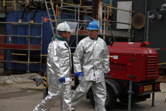 Personeel werkt in beschermende kleding op het terrein van de voormalige fosforfabriek Thermphos. foto's Saskia Inghels