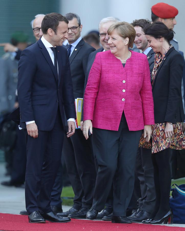 Emmanual Macron, de nieuwe president van Frankrijk, en de Duitse bondskanselier Angela Merkel.