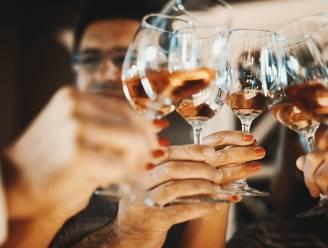 Mannen drinken alcohol en gebruiken drugs tijdens lockdownfeestje