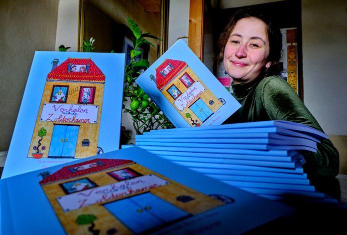 Shanna Peetoom met haar boek 'Verhalen uit de Zolderkamer'.