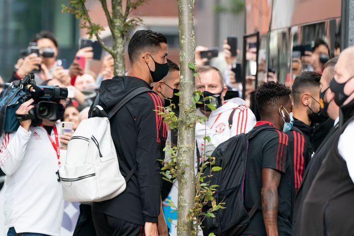 Fans en media proberen een glimp op te vangen van Cristiano Ronaldo, als hij aankomt bij Old Trafford.