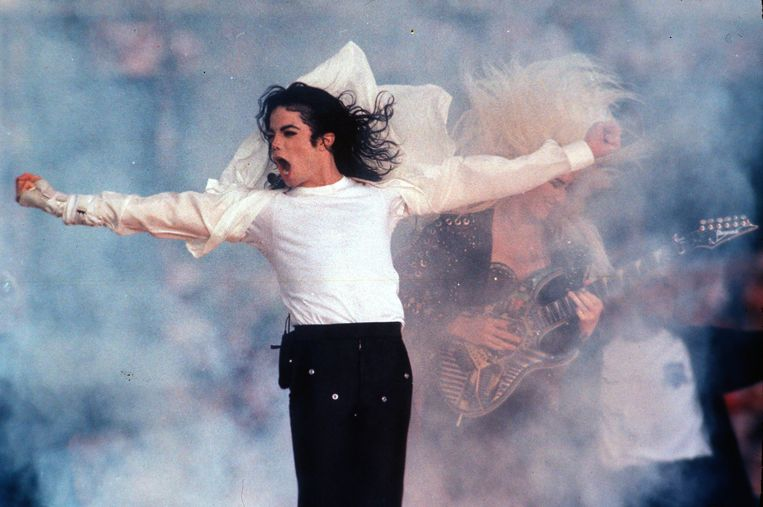 Michael Jackson in 1993 in de pauze van de Super Bowl, de American footballfinale, in Californië. In dat jaar kreeg hij te maken met beschuldigingen van seksueel misbruik.  Beeld AP