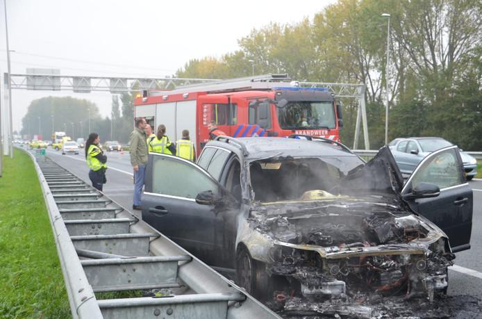 Een auto brandde uit op de A12 bij Zevenhuizen.