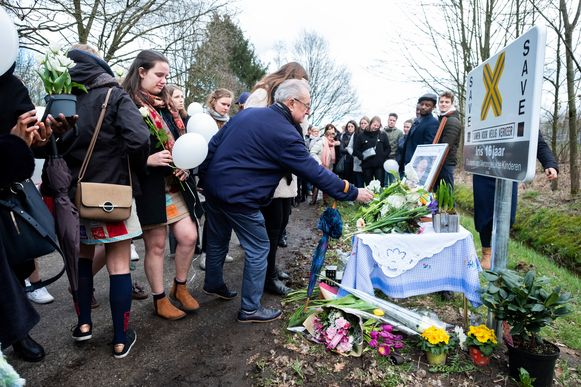 De vrienden en familie van Iris legden bloemen neer bij het SAVE-bord.