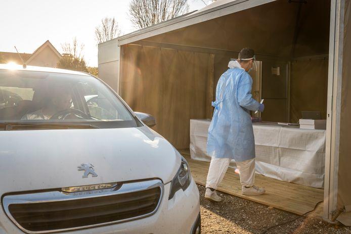 Op de parkeerplaats van restaurant De Luytervelde in Eindhoven is al maanden een commerciële teststraat actief.