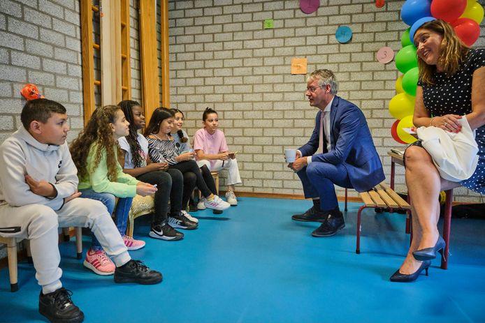 Minister Arie Slob tijdens een werkbezoek aan de Koningin Wilhelmina School in Rotterdam-Crooswijk. Hij spreekt daar met kinderen over de achterstanden die ontstonden tijdens corona.