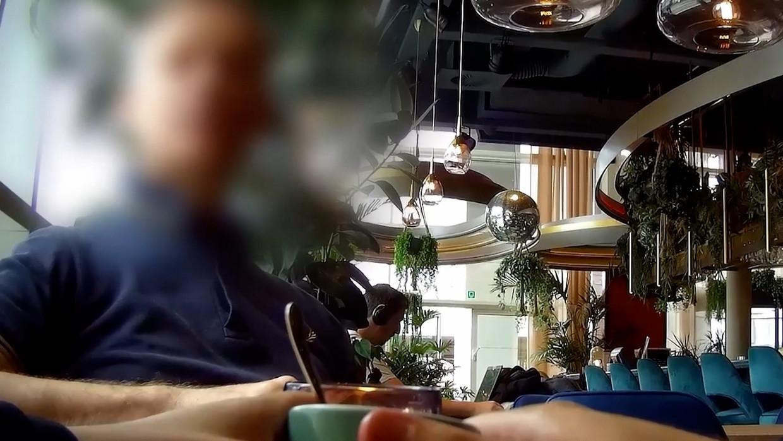 De acteur in kwestie in de lobby van het hotel waar hij met undercoverjournalist Sven van der Meulen afsprak. Beeld Het Laatste Nieuws/Vrije Vogels