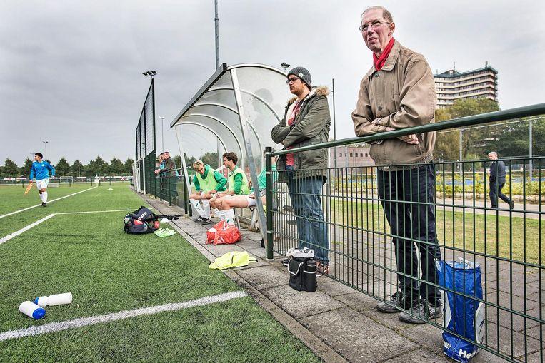 John Panhuijsen geniet langs de lijn bij GVC in Wageningen. Beeld Guus Dubbelman / de Volkskrant