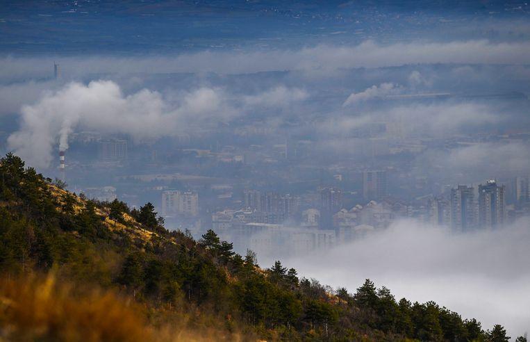 Smog boven Skopje, de hoofdstad van Noord-Macedonië. Beeld Georgi Licovski, EPA