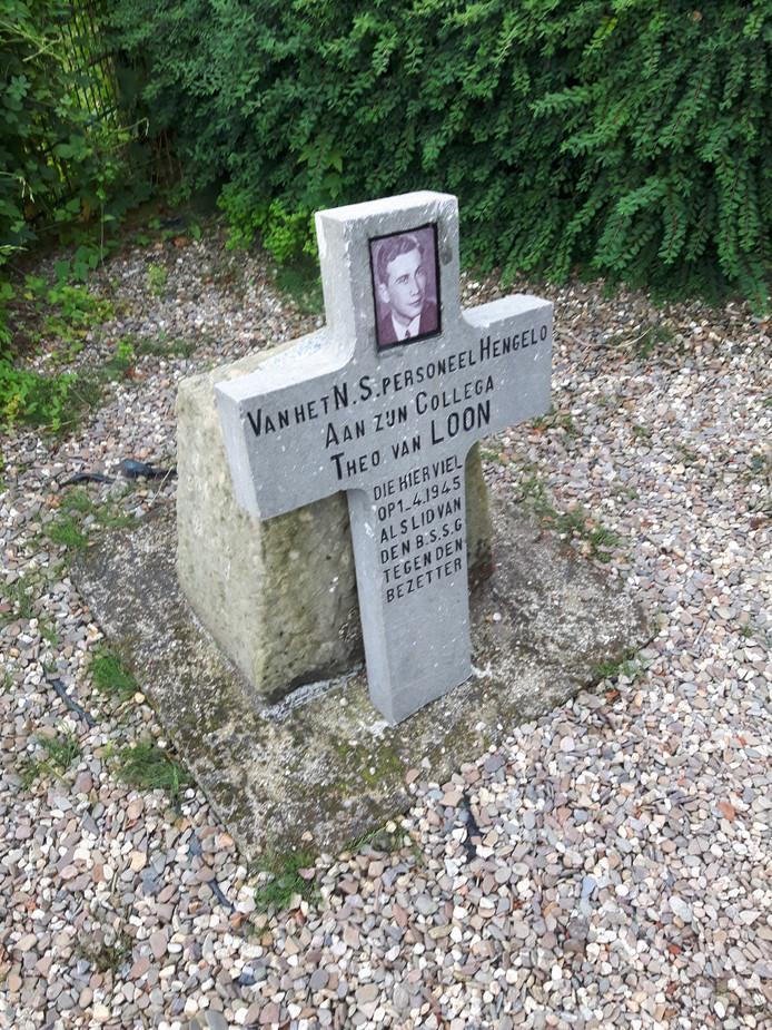 Het monument voor verzetsman Theo van Loon is door onbekenden van de sokkel gehaald: het kruis staat er nu vóór.