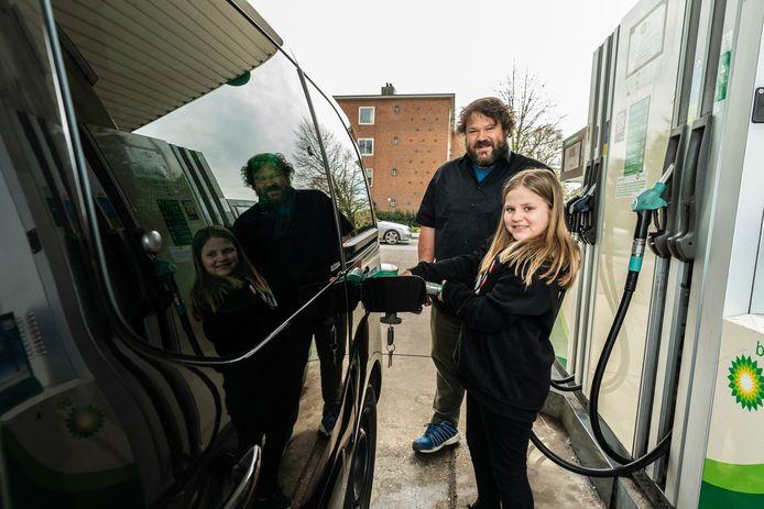 Johan (47) en zijn dochter Emma (10) uit Doorn gooien de auto nog even vol voor ze naar huis gaan: 'Ik heb eigenlijk niet op de prijs gelet.'