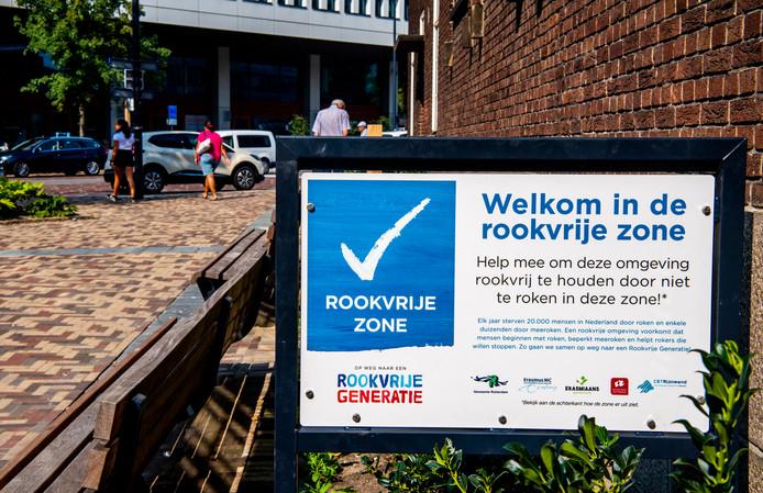 Bij het Erasmus MC is er al een grote rookvrije zone. Maar in de binnentuin van het eigen stadhuis steken raadsleden nog veelvuldig een sigaret op.