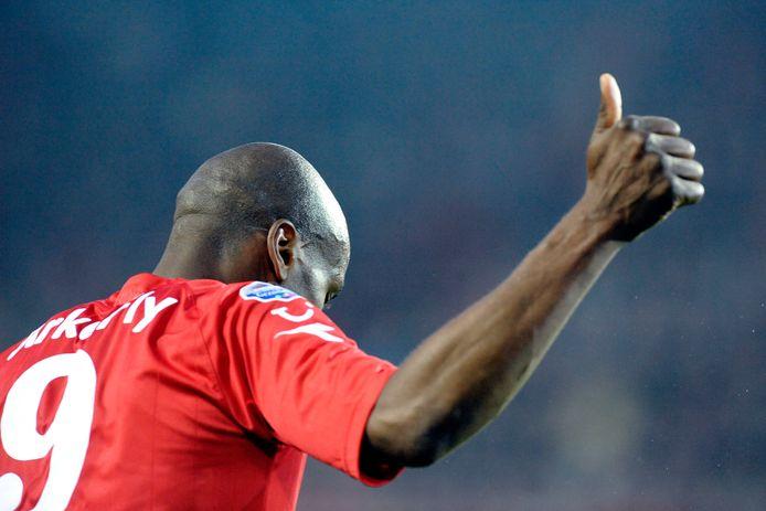 Blaise N'Kufo steekt zijn duim omhoog als hij FC Twente vlak voor rust op een 1-0 voorsprong heeft gezet.
