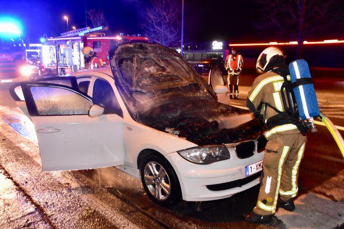 Het motorcompartiment van de kleine BMW brandde volledig uit langs de Franklin Rooseveltlaan in Waregem, recht tegenover de kantoren van bouwpromotor Matexi.