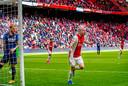 Davy Klaassen juicht en de Ajax-supporters in de Arena juichen mee.