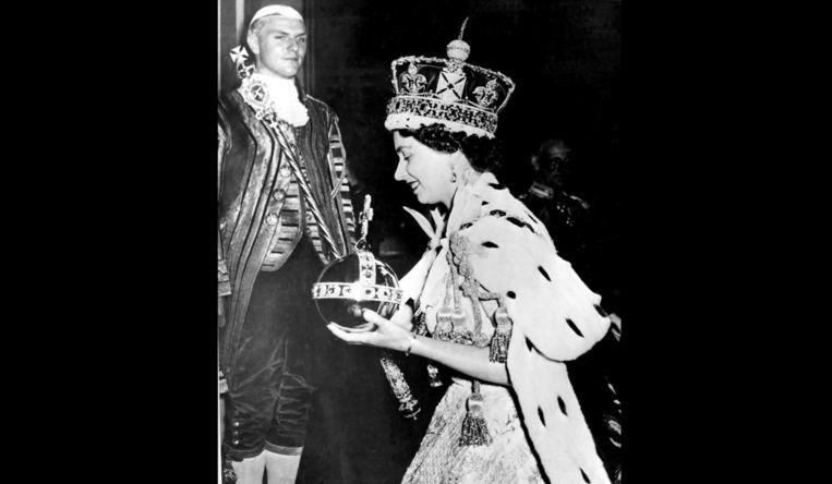 De Queen op 2 juni, 1953, op het einde van haar kroningsceremonie. Beeld AP