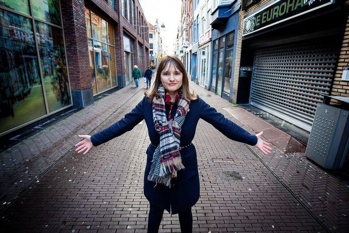 Linda Vermeulen van vakbond FNV in de lege winkelstraten van Den Haag.