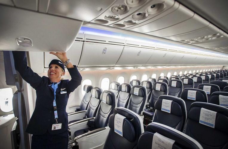 2014-06-05 SCHIPHOL - Cabinepersoneel in de eerste Nederlandse Boeing 787 Dreamliner dat is geland op Schiphol. Het reusachtige toestel kwam vanuit de fabriek in het Amerikaanse Seattle. Arke is de eerste Nederlandse airline die de Boeing 787 aan haar vloot toevoegt. Het toestel is lichter, stiller, zuiniger en vooral veel comfortabeler dan de huidige generatie vliegtuigen. ANP REMKO DE WAAL Beeld null