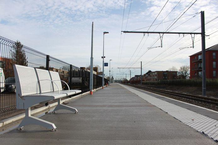 Het nieuwe perron richting Antwerpen is klaar voor gebruik. Enkel de wachthuisjes moeten nog geplaatst worden.