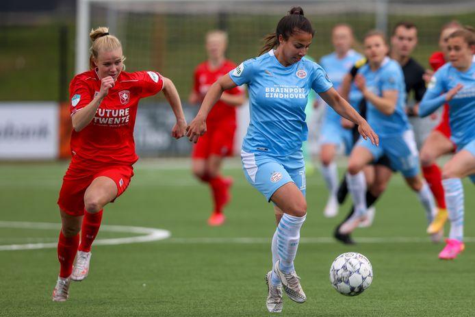 Naomi Pattiwael namens PSV aan de bal, met Kika van Es in de achtervolging.