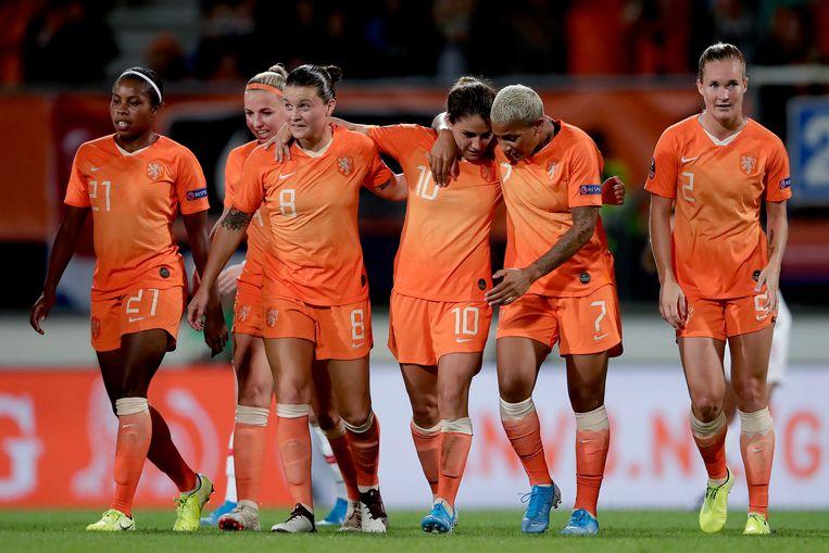 Danielle van de Donk viert haar doelpunt waarmee de Oranje-voetbalsters op 2-0 komen te staan.  Beeld BSR Agency