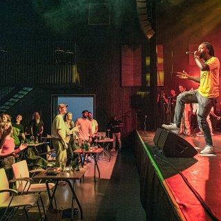 Akwasi is terug op het podium – en het bleef opvallend rustig