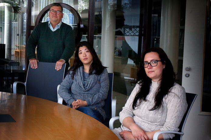 Roos Smeding en Joyce van Herp (midden) zijn de dupe geworden van de affaire rond de toeslag voor de kinderopvang. Raadslid Kees van Willigen (links) ondersteunt hen.
