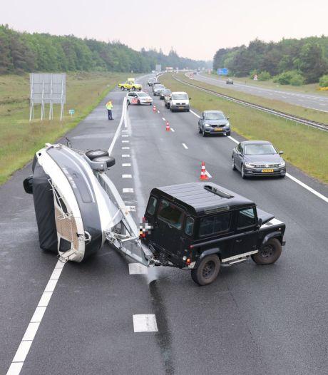 Boot kapseist op snelweg A50 bij Wezep: brandstof lekt op het wegdek