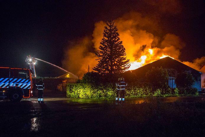 De brand in de loods aan de Nieuwe Veldenweg in Veghel.