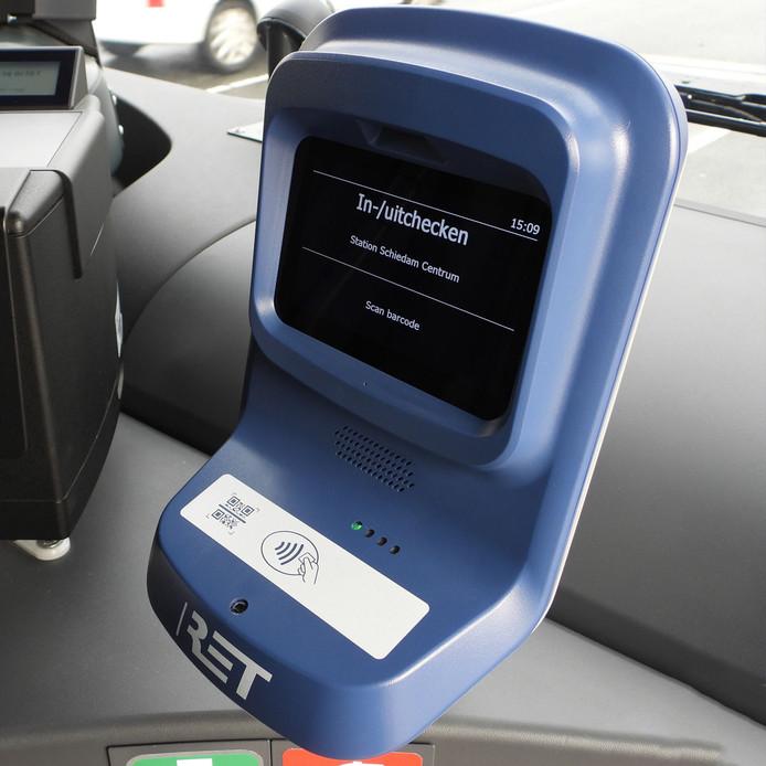 Het nieuwste type ov-chipkaartlezer in een RET-bus.