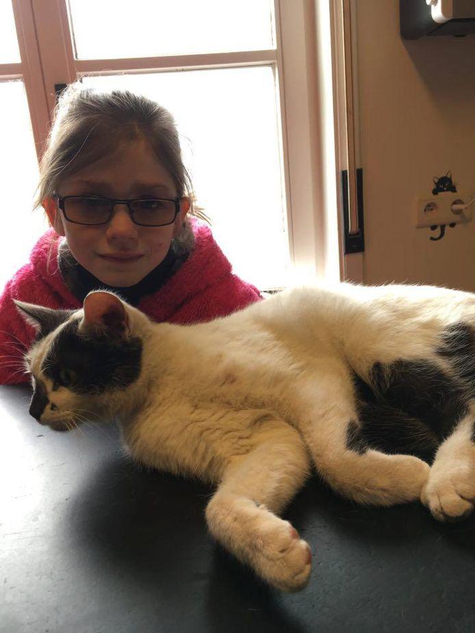 Oona (7) met haar troeteldier Kosmo.