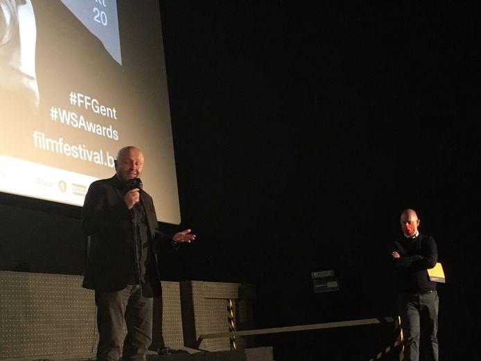 Stephan Streker, regisseur van 'L'ennemi', spreekt de genodigden toe. Rechts: programmator Wim De Witte.
