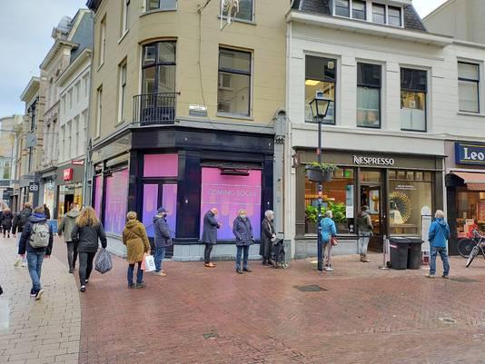 Een rij voor de winkel van Nespresso in Arnhem.