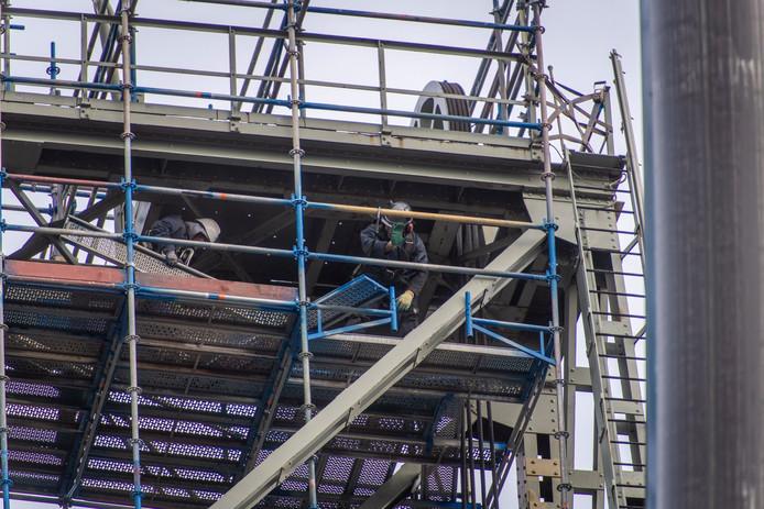 Werk aan de constructie in de heftorens van de Boskoopse hefbrug. Deze gaat woensdag rond 20.00 uur weer open voor autoverkeer.