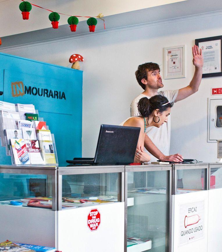 Het drugscentrum In-Mouraria, in de wijk Mouraria. Beeld Jonas Lampens