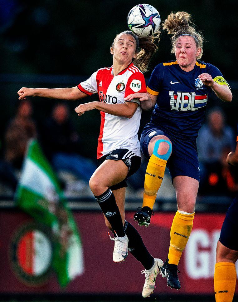 Sophie Cobussen van Feyenoord gaat een kopduel aan met een speler van Eindhoven. Beeld Klaas Jan van der Weij / de Volkskrant