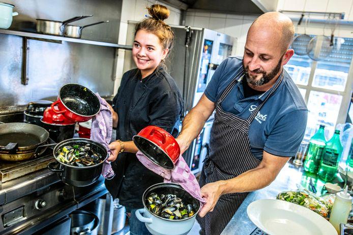 Eigenaar Leander Willemstein en chef-kok Kaelany Scheffer.