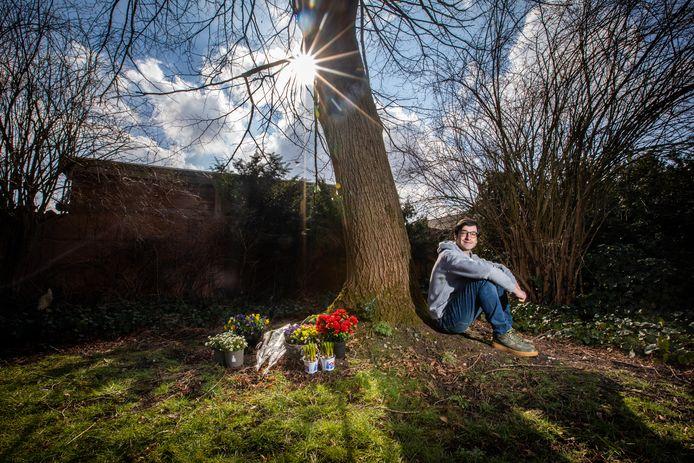 Gianni De Simone, aka rapper Aria, heeft een nummer gemaakt dat een ode is aan belangrijke vrouwen in zijn leven. Het maken van dat positieve nummer heeft ook geholpen in het verwekingsproces na het overlijden van zijn mama. Zij is vorig jaar heengegaan na twee jaar te strijden tegen borstkanker. De assen van zijn mama zijn uitgestrooid onder een lindeboom in hun tuin.