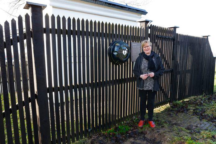 Jantina de Looff bij de aed aan het hek van het peilhuisje in Herwijnen.