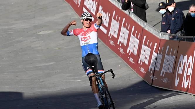 Imposante Van der Poel knalt Alaphilippe uit het wiel op slotklim en wint Strade Bianche