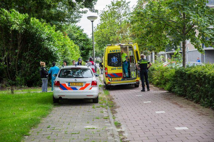De gewonde Bredanaar wordt per ambulance afgevoerd na de mishandeling bij winkelcentrum Lindenburg in Roosendaal. Archieffoto Christian Traets