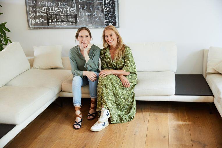 Lieke Pijpers (l) en Thalita van Ogtrop. 'Dat wij geen achtergrond in mode hebben, is een beetje de grap.'  Beeld The Next Closet