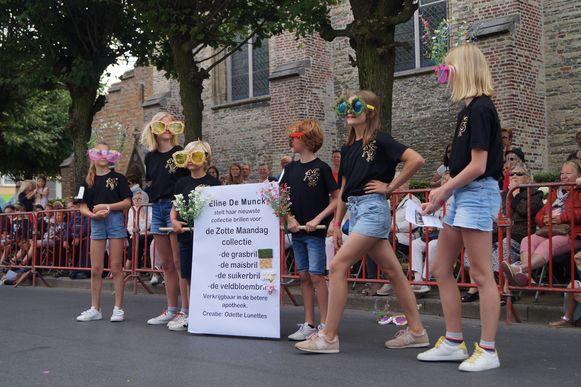Aangezien Eline De Munck van Odette Lunettes de gastvedette is op Zotte Maandag,  waren gekke brillen goed vertegenwoordigd. Deken Marc Ballekens mocht eentje uitproberen